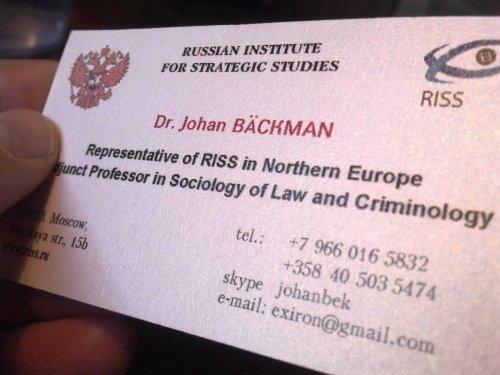Johan Bäckmanin käyntikortti kimmeltää valossa.