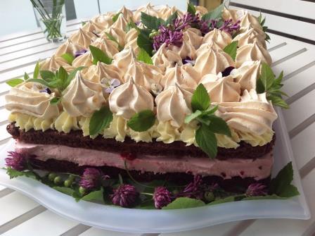 Gluteenittomien mokkapalojen ohjeella valmistui kaunis juhlakakku usealle kymmenelle juhlijalle.