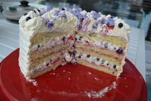 Kakun sisältä paljastuvat viimekesäiset mustikat ja mansikat!