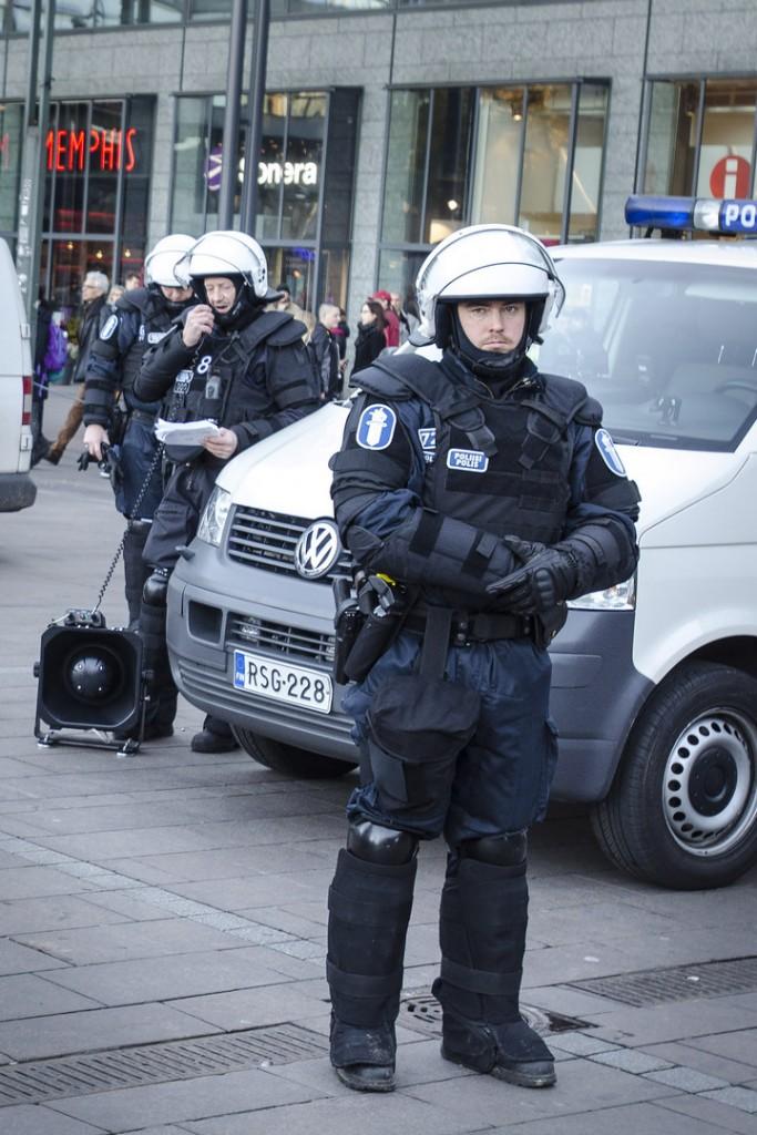 Poliisi kielsi vastamielenosoittajia lähtemästä Narinkkatorilta Rajat kiinni -mielenosoituksen perään ja ilmoitti varautuneensa voimakeinojen käyttämiseen.
