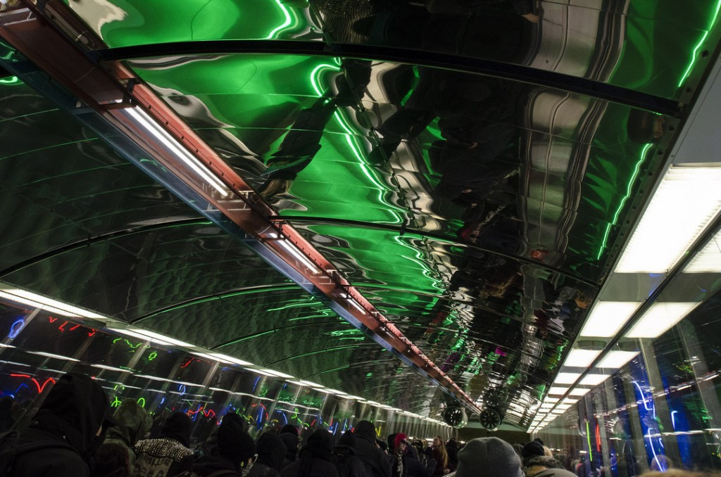 Vastamielenosoittajat eivät totelleet poliisia vaan marssivat Kampin metroasemalle ja valtasivat metrojunan.