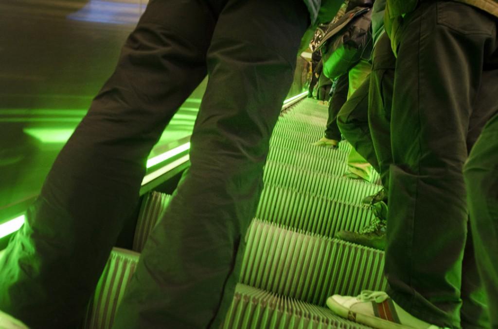 Metrosta noustiin Kaisaniemessä. Maan päällä poliisi oli keskittänyt joukkoja Rautatieasemalle ja Porthanian metrouloskäynnille.
