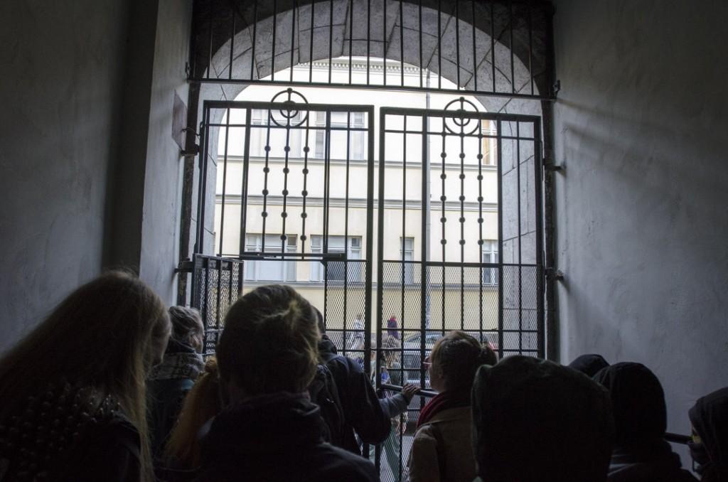 Poliisi tukki opintoputkena tunnetun metrouloskäynnin ja Vuorikadun alapään. Mielenosoitus pääsi ulos Kaisa-kirjaston käytäviä pitkin.