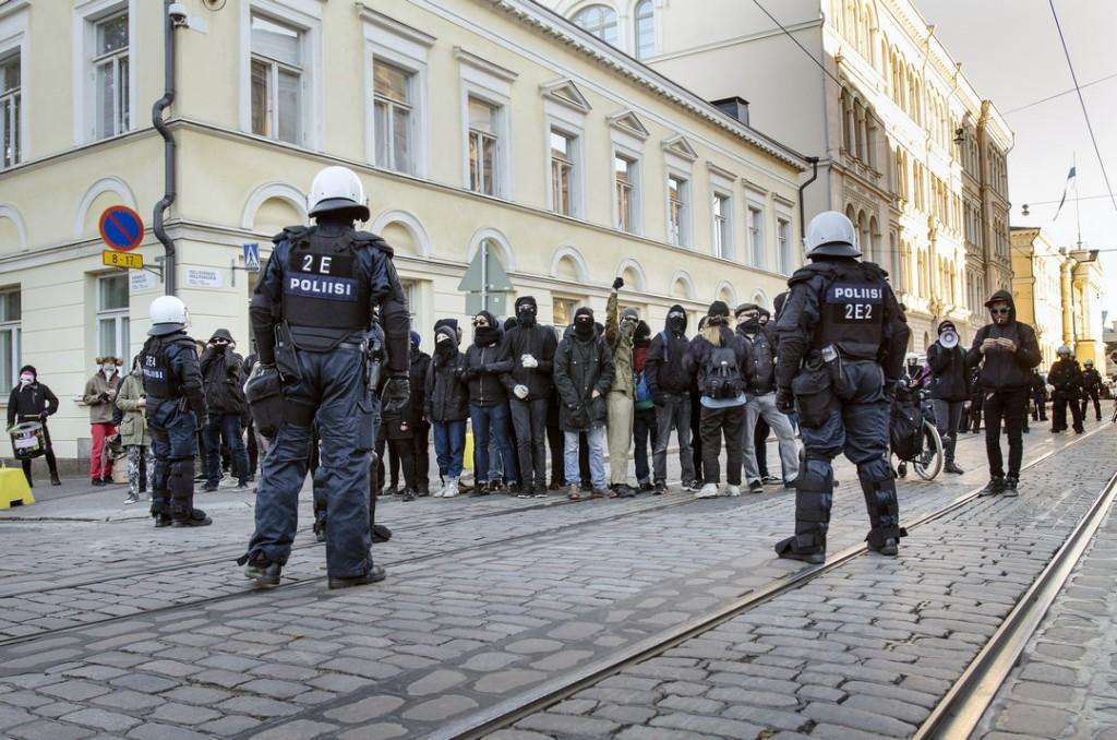 Mielenosoittajat tukkivat Snellmaninkadun ja estivät Rajat kiinni -mielenosoitusta pääsemästä Suomen Pankin eteen.