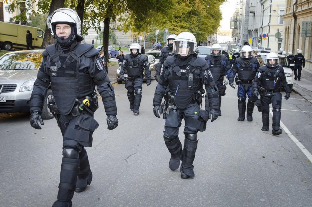 Robocopin näköiset poliisit seurasivat perässä.