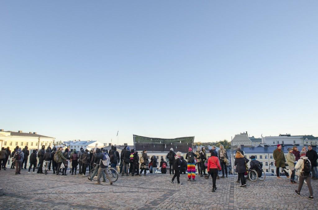 Mielenosoittajat juoksivat Tuomiokirkon portaille.