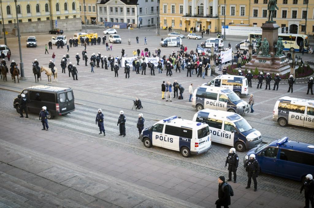 Torilla näkyi rasistinen Rajat kiinni -mielenosoitus, jota poliisi suojasi raskaasti.