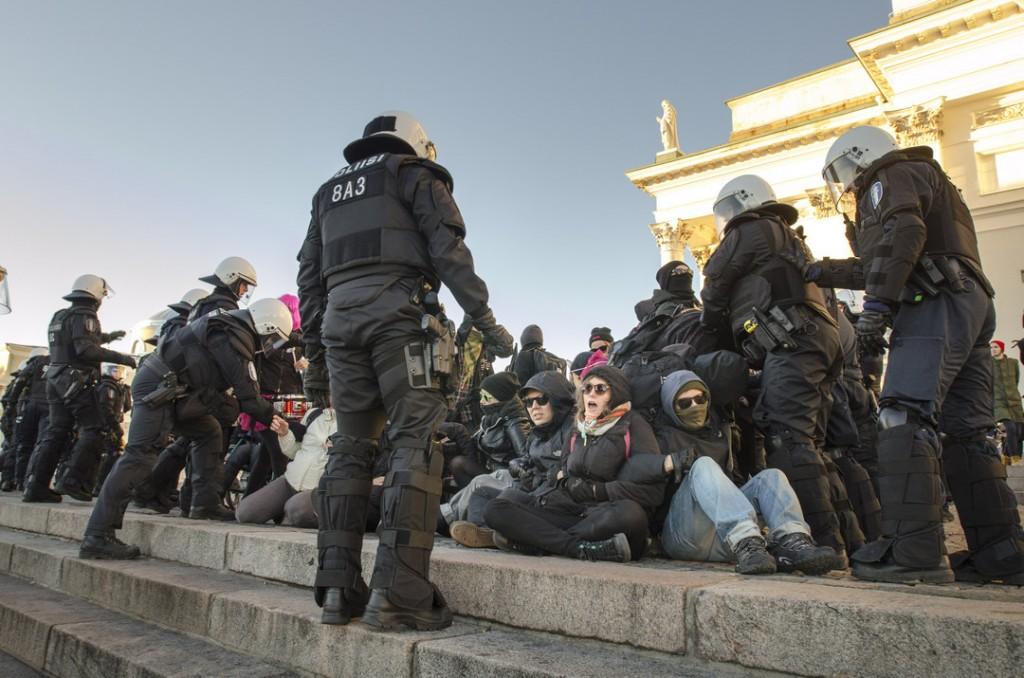 Osa mielenosoittajista istui maahan. Poliisi otti kiinni neljä.