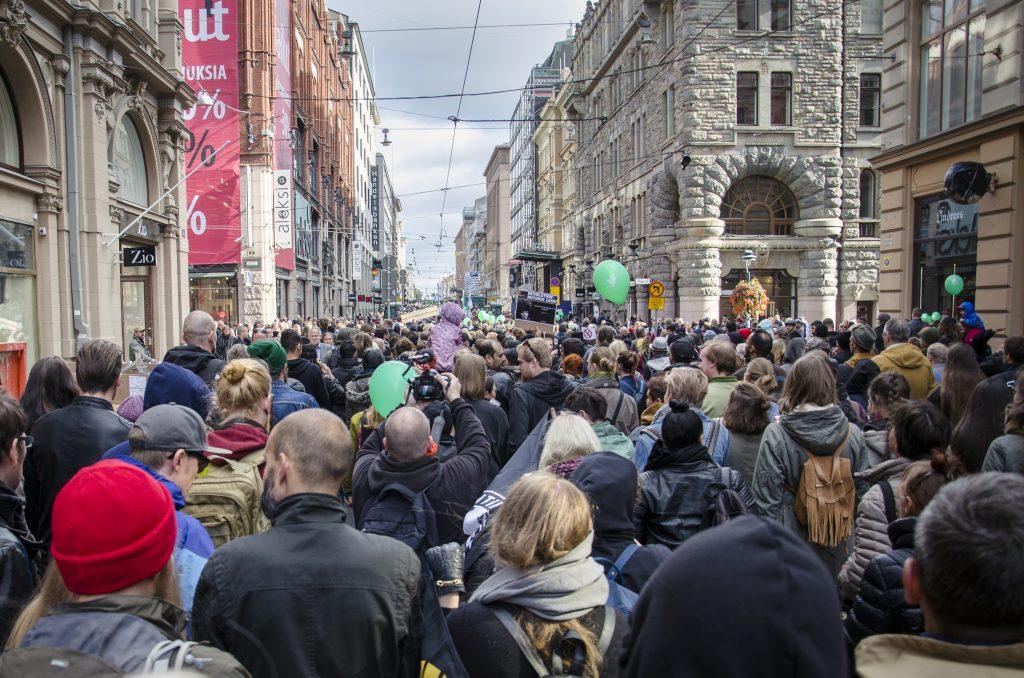 Kun Peli poikki -mielenosoituksen alkupää nousi Tuomiokirkon portaita, peräpää vasta teki lähtöä Kansalaistorilta.
