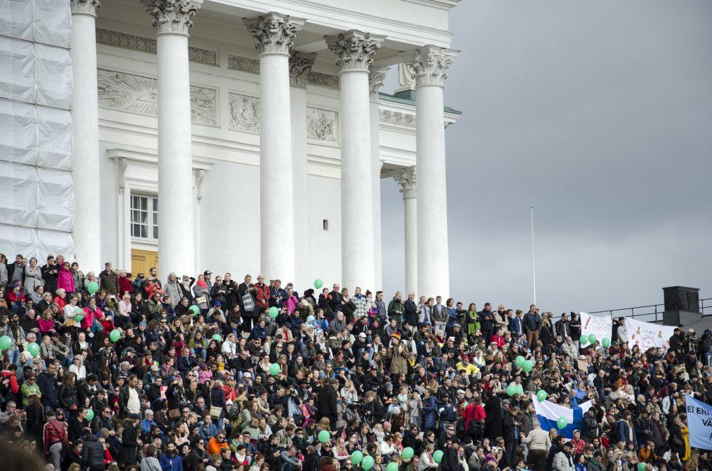 Poliisi arvioi rasismin ja fasismin vastaisen mielenosoituksen osallistujamääräksi 15 000. Senaatintori oli kuitenkin täynnä, ja torille mahtuu kokonaisuudessaan 40 000 ihmistä.